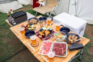 キャンプのテーブルとイス