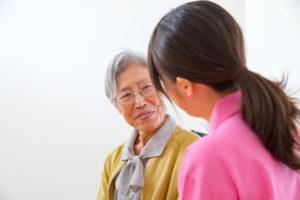 会話をする高齢者と女性