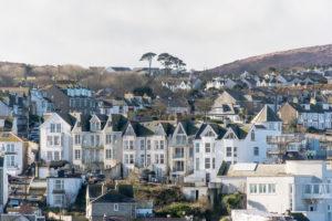 イギリス西部の丘に連立するレンガ造りの家並み