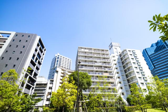 緑とマンションのある都市風景