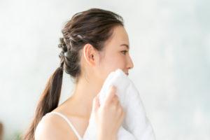 汗を拭く20代女性