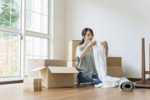 女性 引っ越し荷造りイメージ