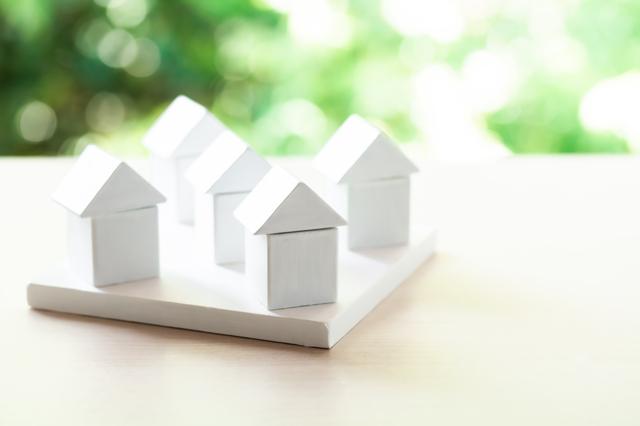 複数の白い積み木の家